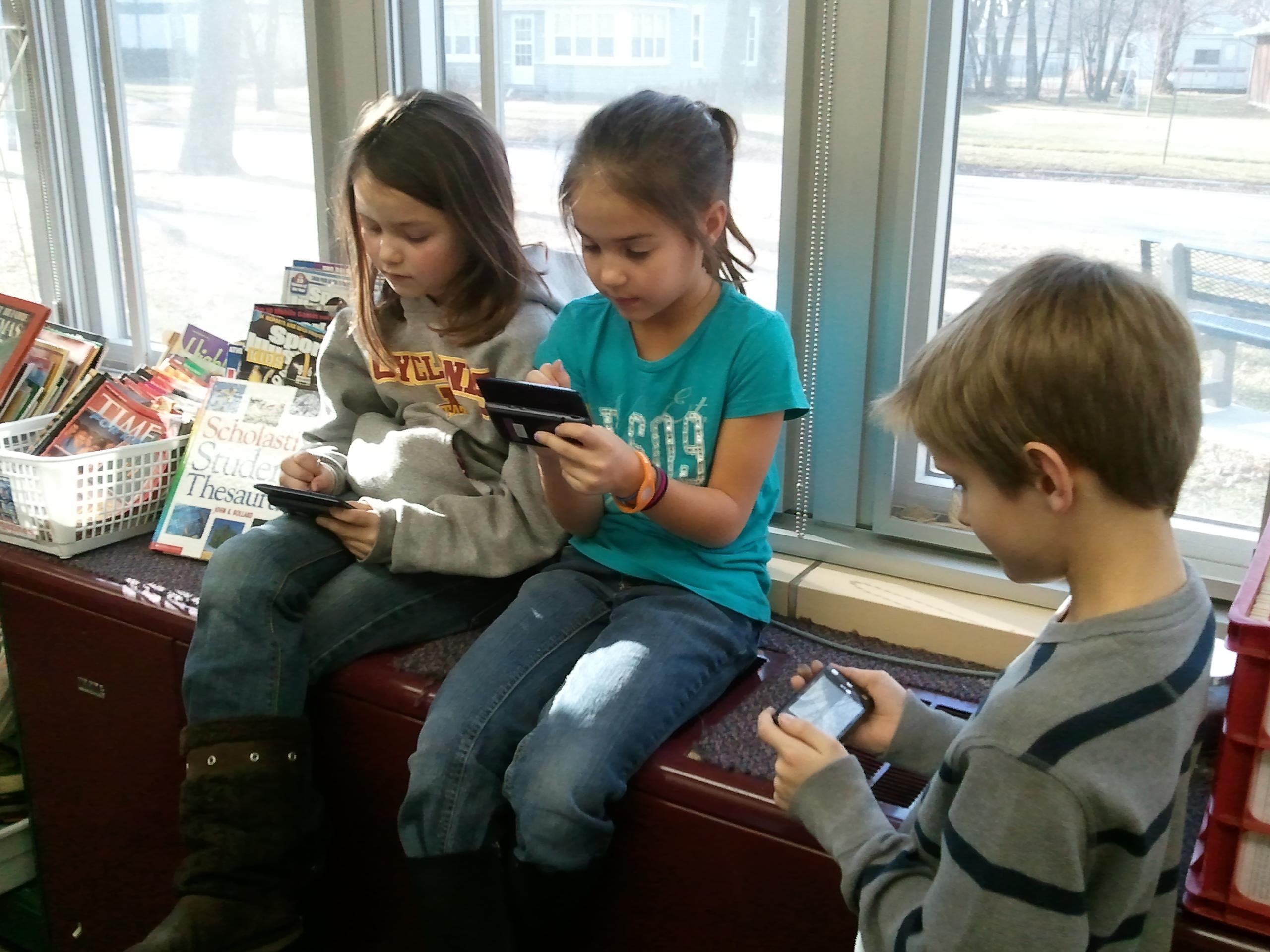 kids on smartphone